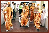 Swamishri visits the general ward to meet some of the victims of the terrorist attack in Akshardham