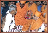 Swamishri blesses Satubha, a volunteer who bravely tried to stop the terrorists even after being shot