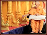 Swamishri performs pujan of sinhasan for Kampala mandir