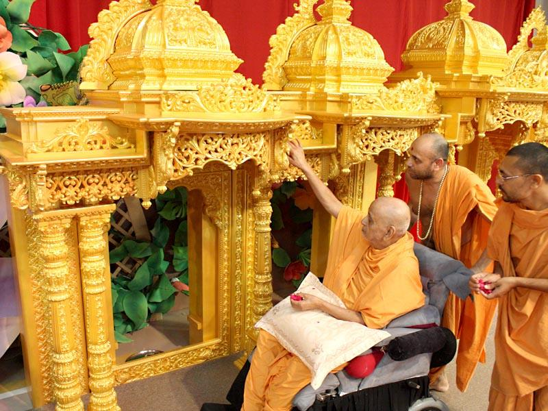 Swamishri performs pujan of sinhasan for the BAPS hari mandir of Dhavat, Gujarat