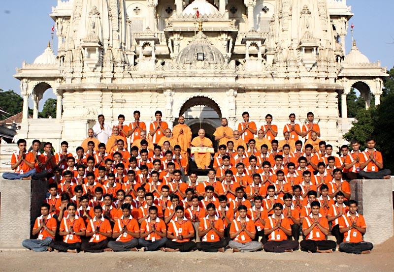 Youths of Yuva Talim Kendra with Swamishri