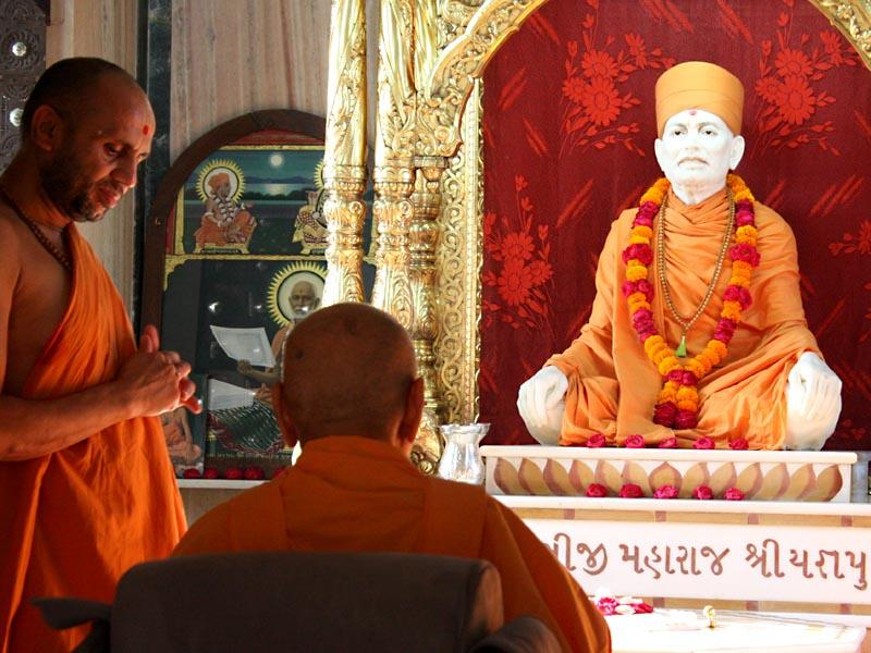 Swamishri engaged in darshan of Shastriji Maharaj at Yagnapurush Smruti Mandir