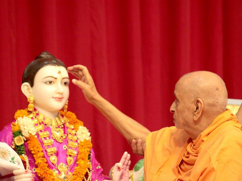 Swamishri performs murti-pratishtha rituals for the BAPS hari mandirs of Mombasa, Karjan and Ghanshyamnagar (Mahesana)