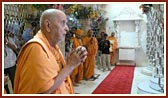 After his arrival Swamishri is engaged in darshan of Thakorji