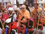 Swamishri being traditionally welcomed by the tribal devotees at the Atladra mandir