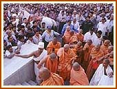 A crowd of devotees eagerly doing darshan of Swamishri