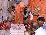 Swamishri performed the sthambharopan