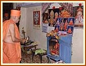 Swamishri performing arti in a devotee's house, Charanvada