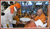 Swamishri sanctifies drum played by a percussion maestro