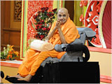 Swamishri bids Jai Swaminarayan to all after his morning puja