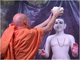 On Patotsav day Pujya Viveksagar Swami performs abhishek rituals of Thakorji