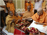 Swamishri performs pujan of bricks for new assembly hall and school building at Silvassa