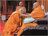 Swamishri honors Pujya Bhadresh Swami on being awarded the D.Litt. degree