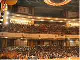 Swamishri and devotees during Sunday satsang assembly