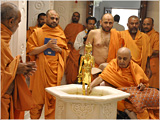 Swamishri engaged in darshan of Shri Nilkanth Varni abhishek murti