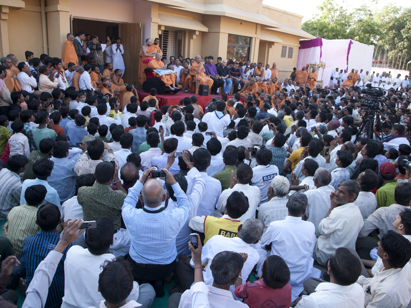 Swamishri presides over a satsang assembly after the pratishtha rituals