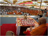 Devotees engaged in Swamishri's puja darshan