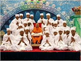 Swamishri with newly initiated parshads