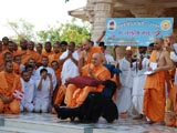 Swamishri blesses kids who have arrived for Bal Vikas Parva