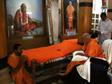 Swamishri engaged in darshan at Rangmandap