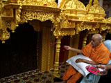 Swamishri performs pujan of sinhasan