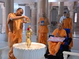 Swamishri engaged in darshan of Shri Nilkanth Varni