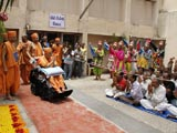 Swamishri arrives at Navsari Mandir