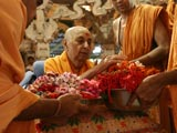 Swamishri sanctifies rakhis for devotees