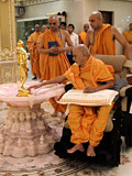 Swamishri engaged in darshan of Shri Nilkanth Varni abhisek murti ...