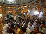 Devotees waiting for Swamishri's darshan