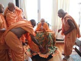 Sadhus honor Swamishri with garland and shawl