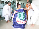 Parshads honor Swamishri with a shawl
