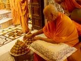 Swamishri sanctifies laddus
