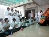Swamishri bids Jai Swaminarayan to youths