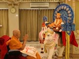 Swamishri engaged in darshan of Brahmaswarup Shastriji Maharaj ...