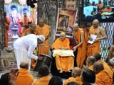 Swamishri sanctifies drum and blesses percussion maestro