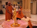 Swamishri reverentially touches holy charnarvind of Shri Nilkanth Varni