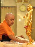 Swamishri's engaged in darshan of Shri Nilkanth Varni abhishek murti