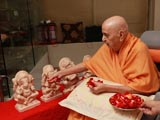 Swamishri performs pujan of murtis of Shri Ganeshji for the Ganesh Dwar in Mumbai