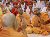 Devotees engaged in Swamishri's darshan