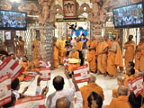 Devotees waves BAPS flags before Swamishri