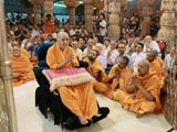 Swamishri engaged in Thakorji's darshan