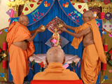 Swamishri engaged in darshan of Shri Nilkanth Varni abhishek