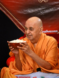 Swamishri with grains and pulses to mark the jholi festival