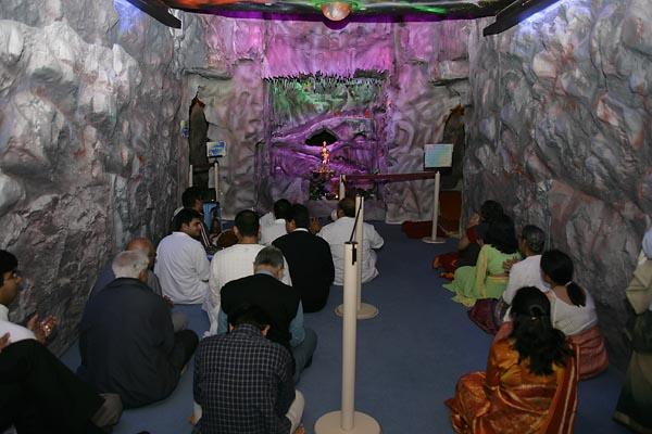 Devotees participated in akhand dhun in front of Nilkanth Varni