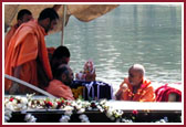 Kirtans and Vedic mantras were sung before Lord Ganeshji submerged in the water