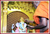 Swamishri performing the Murti pratistha rituals for Shri Ganpatiji