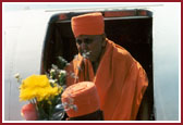 Swamishri's arrival at BWI airport Maryland