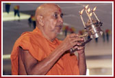 Swamishri performing arti during Murti Pratistha