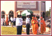 Swamishri performs the flag hoisting ceremony on August 15, in the mandir foreground